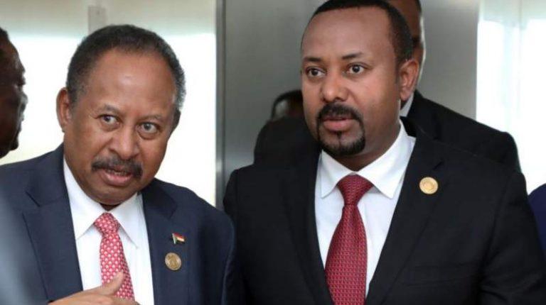 Sudan Prime Minister Abdalla Hamdok (L) with Ethiopia Prime Minister Abiy Ahmed (R)