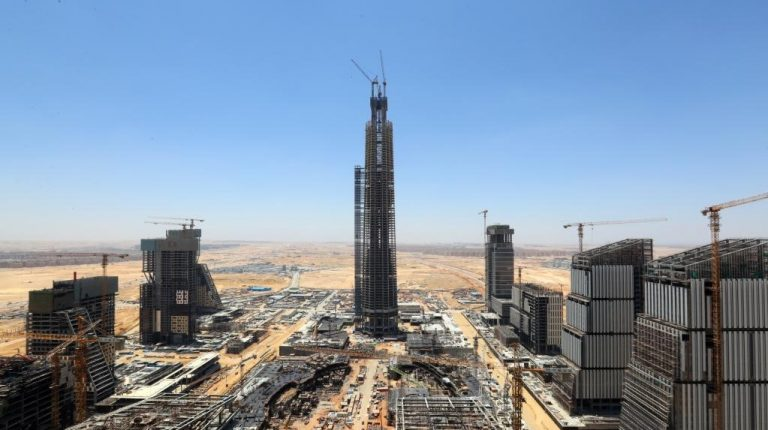 A topping-out ceremony for the 385-meter-high Iconic Tower was held in the central business district (CBD) of Egypt's new capital on Thursday. Once completed, it will become the tallest building in Africa.